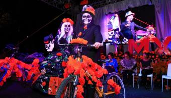 Miles participan en el paseo nocturno en bicicleta por Día de Muertos