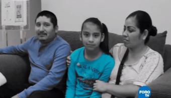 Rosita con sus papás luego de su cirugía de vesícula de emergencia
