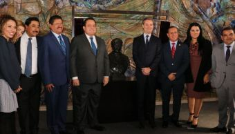 Develan busto de maestra Rosaura Zapata Cano en la SEP
