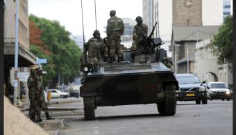 Soldados de Zimbabue patrullan las calles de Harare