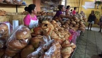 comerciantes visitan el tianguis de tlacolula en oaxaca