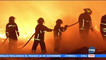 Un incendio consume una bodega de madera en Ecatepec