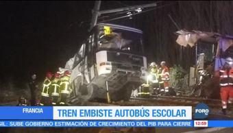 Tren embiste un autobús escolar en Francia; al menos tres muertos
