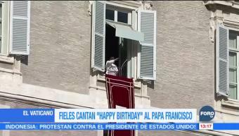 Fieles le cantan las mañanitas al papa Francisco en el Vaticano