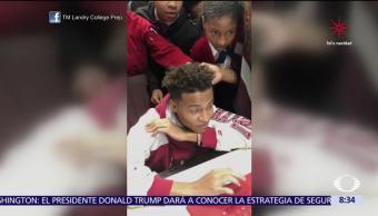 Joven afroamericano festeja aceptación en Harvard