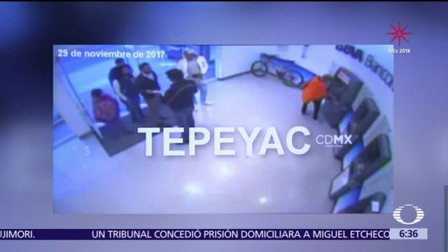 Captan en video cómo un delincuente cambia tarjetas en cajeros automáticos
