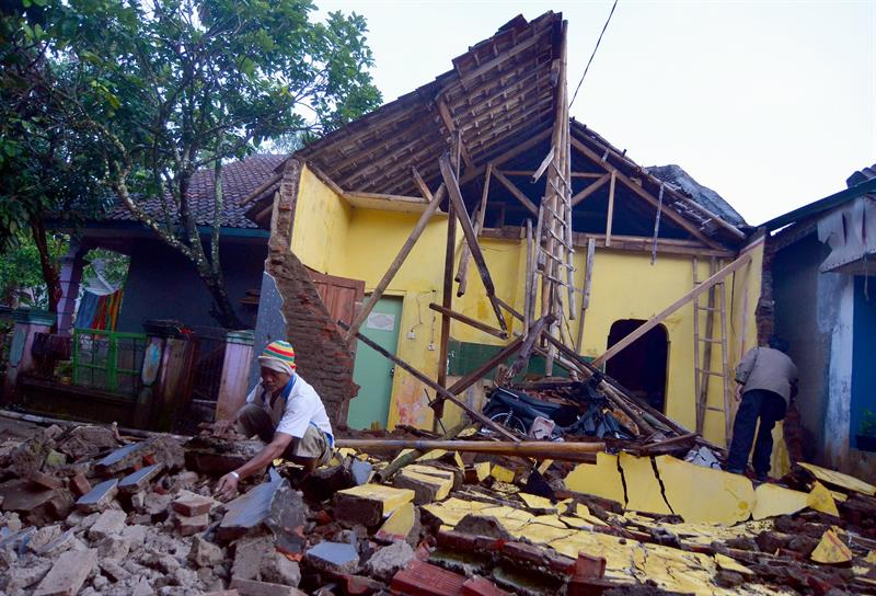 suman dos muertos por terremoto de magnitud 6.5 en java indonesia