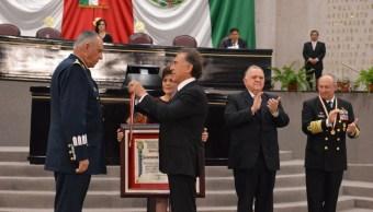 Dan medalla 'Adolfo Ruiz Cortines' a secretarios de Defensa y Marina