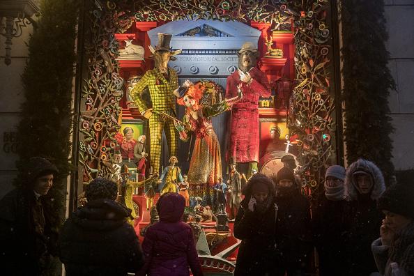 Turistas de Nueva York disfrutan de la Navidad en la Quinta Avenida