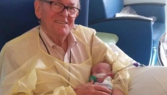 Durante 12 años 'abuelito' regala abrazos a bebés hospitalizados