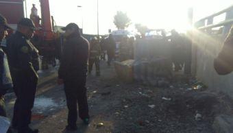Camión choca contra muro de contención en Hangares, CDMX; muere una persona