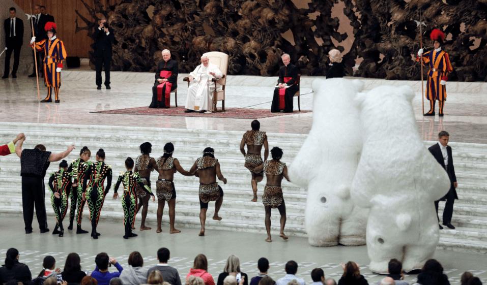 Acróbatas de circo se presentan para el papa Francisco