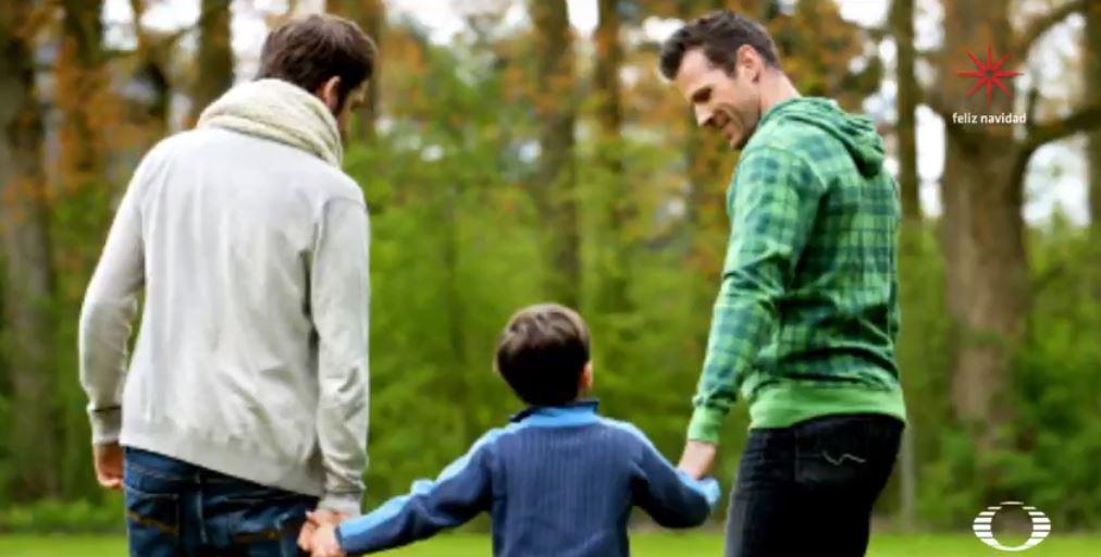 Adopción por parte de parejas homoparentales no daña a niños, revela investigación
