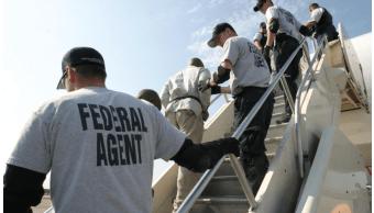 Agentes migratorios de EU durante operativo de deportación