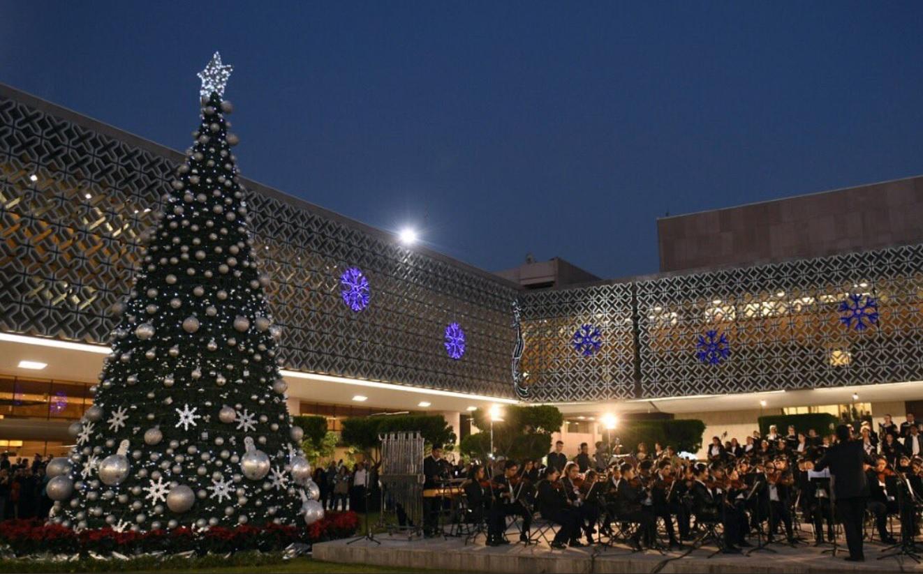 Por primera vez, encienden árbol navideño en San Lázaro