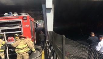 Bomberos atienden incendio de automóvil en Circuito Interior