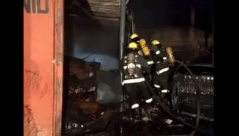 Incendio consume bodega de materiales reciclados en Guadalajara
