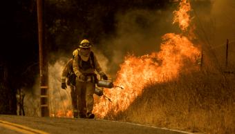 Bomberos intentan sofocar los incendios en California