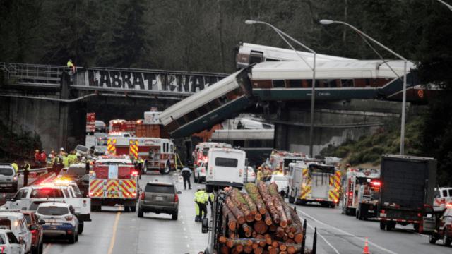 Reportan seis muertos descarrilamiento tren cerca Seattle Washington