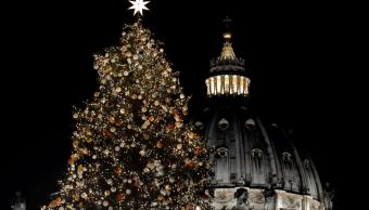 El Vaticano enciende un enorme árbol de Navidad. (AP)