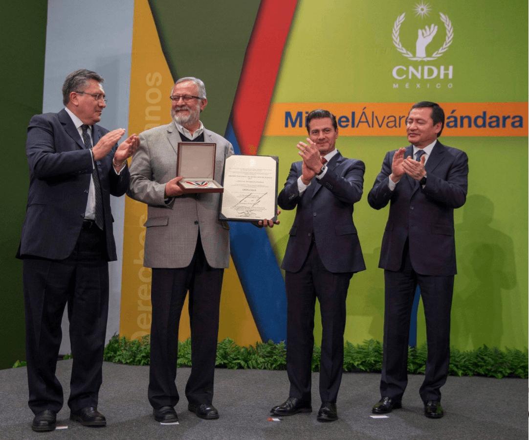 Álvarez Gándara recibe premio nacional de derechos humanos