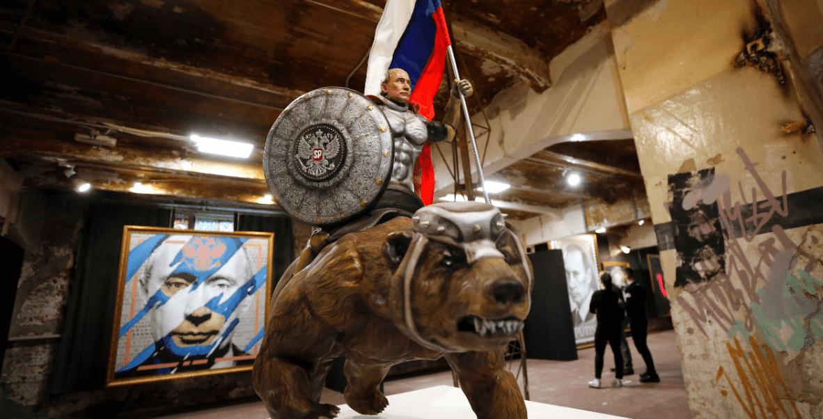 Exposición muestra al presidente ruso, Vladimir Putin, como superhéroe