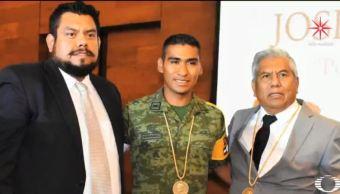 Crece amistad entre fotógrafo y soldado tras sismo del 19S en Morelos. (Noticieros Televisa)