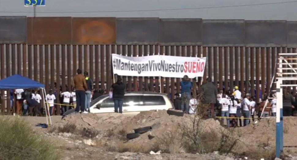 Familias se reencuentran en el muro de Anapra Chihuahua