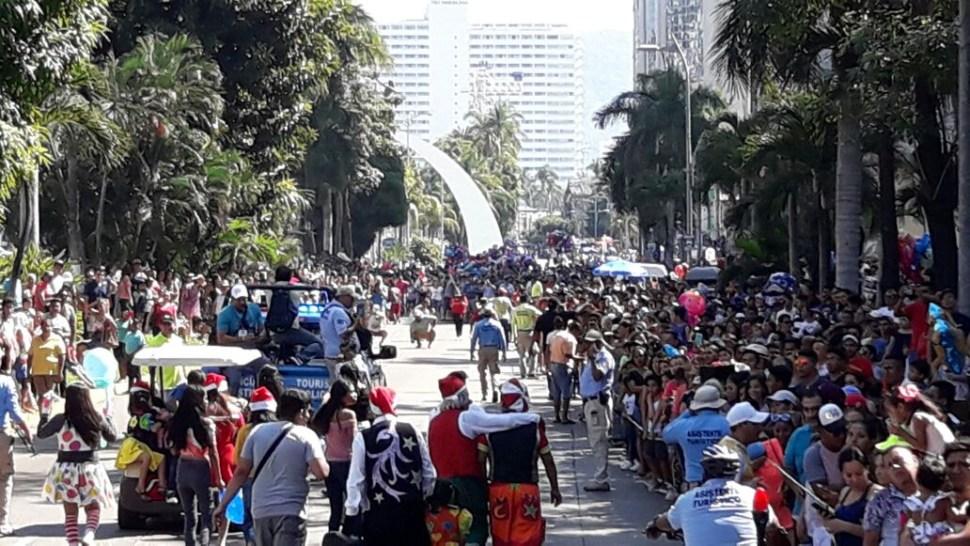 Globos gigantes desfilan sobre la costera de Acapulco