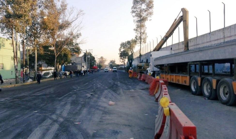 Grúa cae en zanja en inmediaciones Metro Martín Carrera