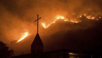 Fuertes vientos impiden lucha contra incendios en California
