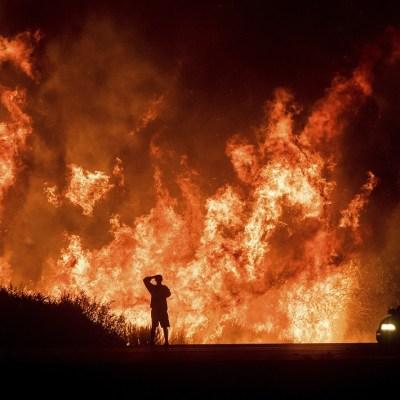 Evacúan a 8 mil personas por incendio forestal cerca de Los Ángeles