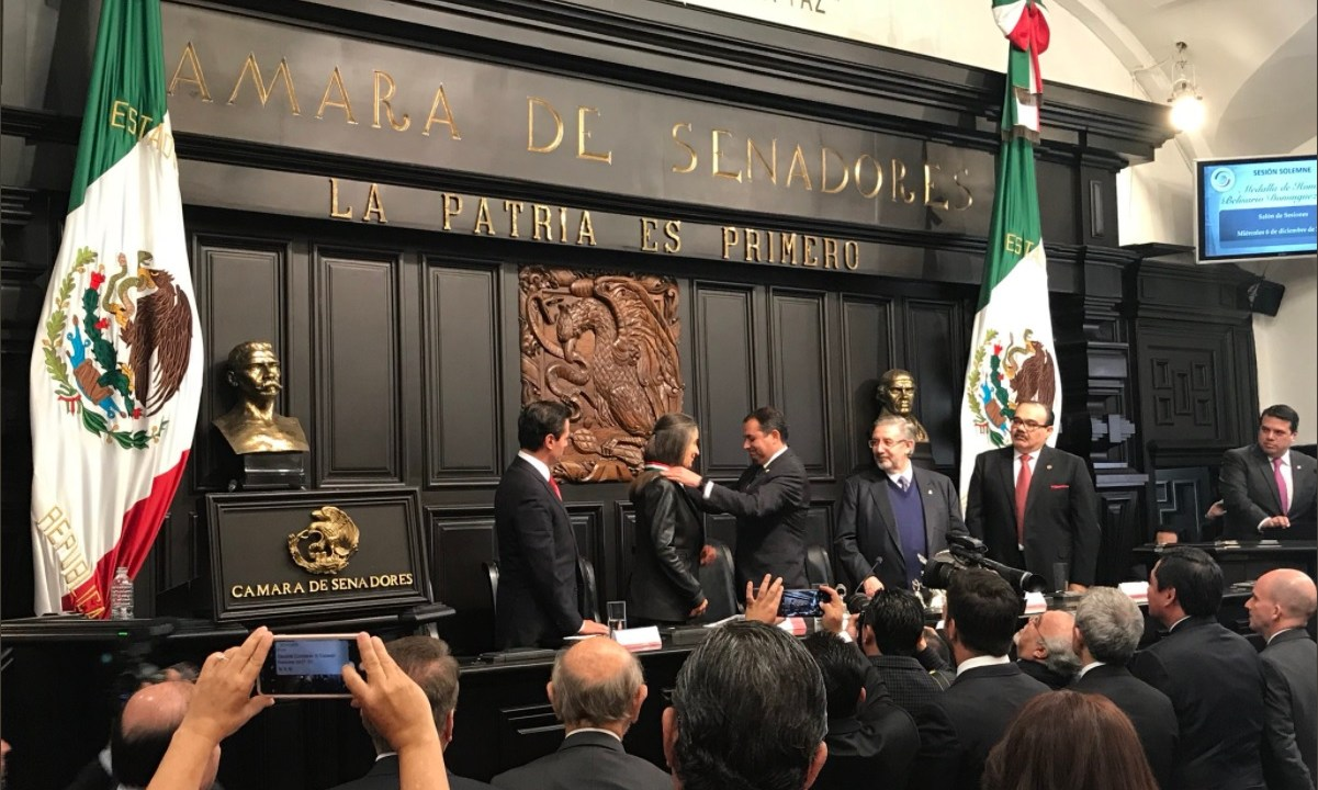 Julia Carabias recibe en el Senado la Belisario Dominguez