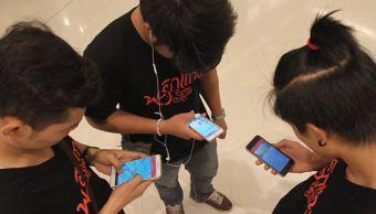 Jóvenes sufren dolor de cuello por mala postura al usar el celular