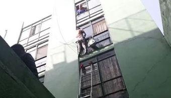 Policías evitan que mujer saltara desde un tercer piso en la Doctores