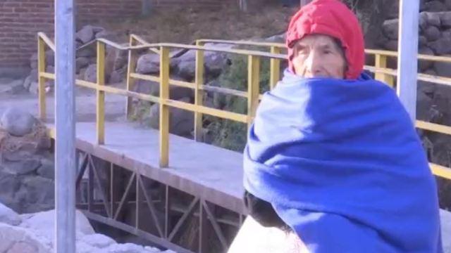 Mujer de la tercera edad se abriga en Guanajuato