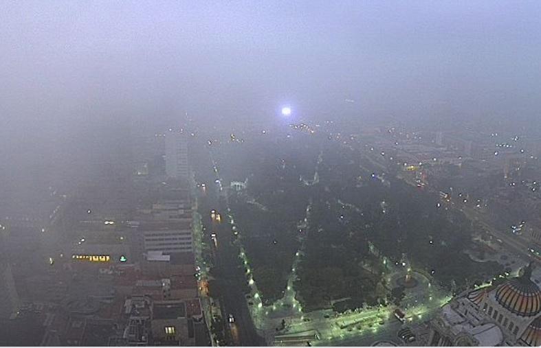Espesa capa de niebla cubre la Ciudad de México