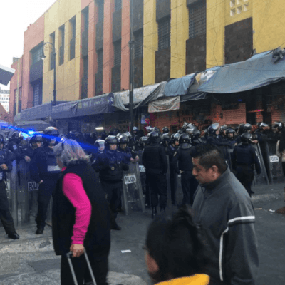 Operativo en Plaza Meave termina en riña entre policías y presuntos asaltantes