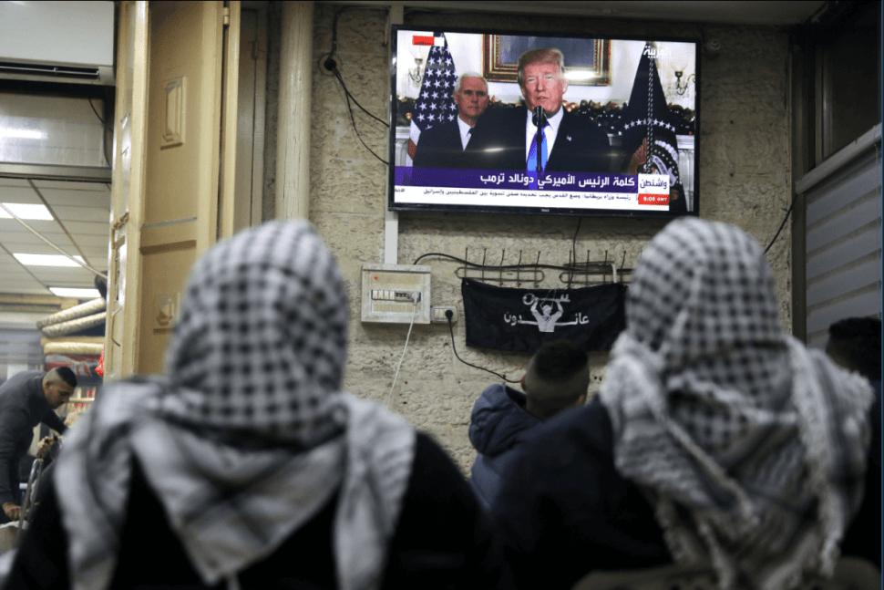 Palestinos observan en TV el mensaje de Trump sobre Jerusalén