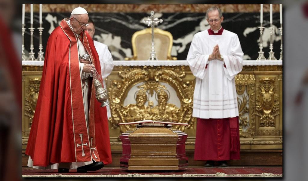 El papa Francisco asistió al funeral del cardenal Bernard Francis Law