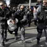 Policías israelíes detienen a un palestino durante las protestas