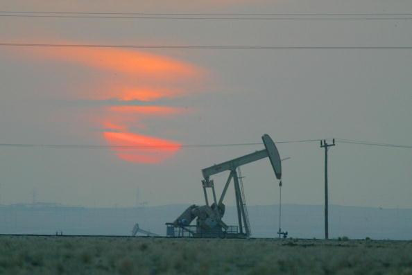 Precios petroleros bajaron en torno al dos por ciento