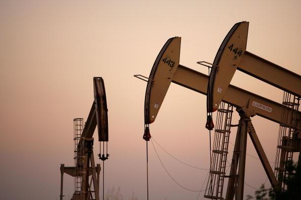 Petróleo baja ante inesperado incremento de refinados en EU