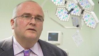Simon Bramhall, médico que marcó sus iniciales en hígados de pacientes