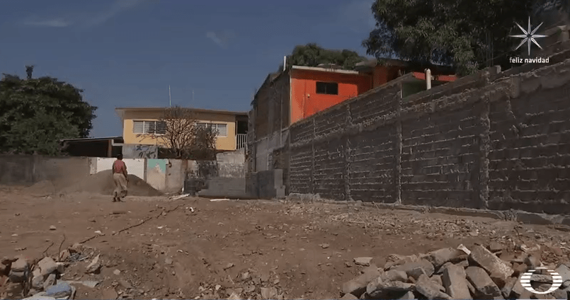 Terreno tras demolición de casa afectada por sismo en Juchitán, Oaxaca
