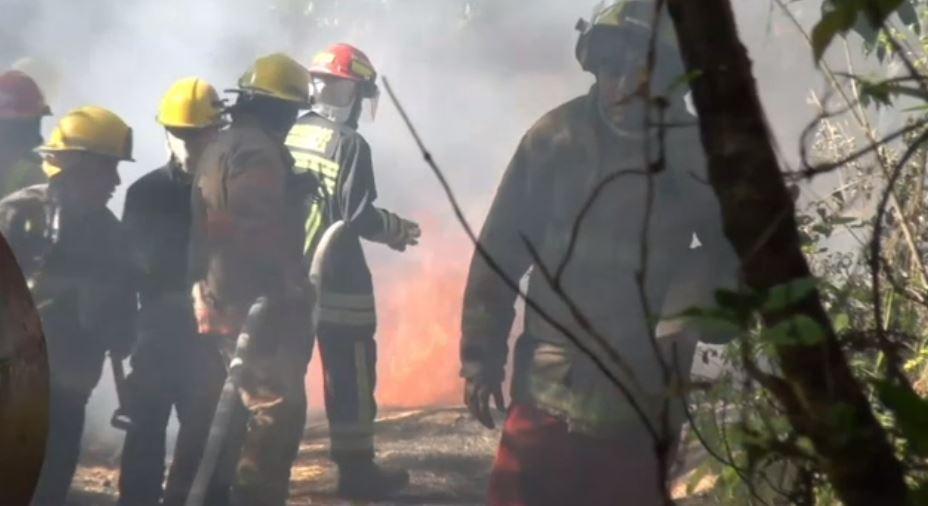 Explotan 2 vehículos que transportaban gasolina en Morelos