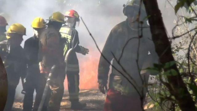 Controlan incendio por toma clandestina en Silao, Guanajuato