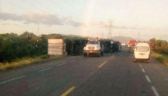 Tres tráileres vuelcan por los fuertes vientos en Oaxaca