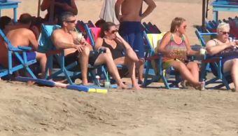 Turistas vacacionan en las playas de Colima