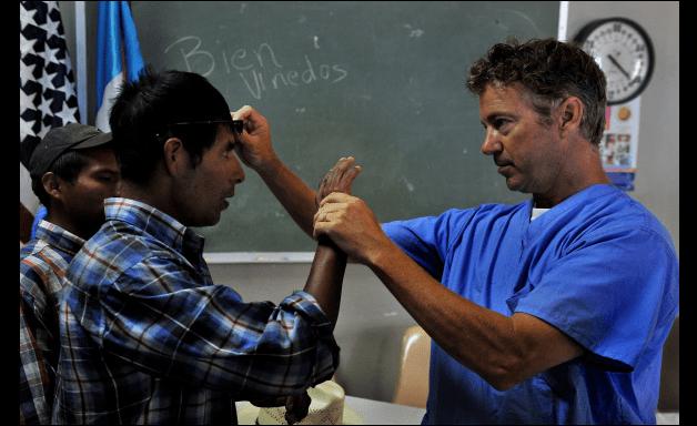 Un paciente es atendido por un médico en Guatemala